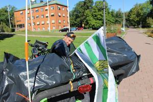 Hammarbyflaggan vajar bak på packningen.