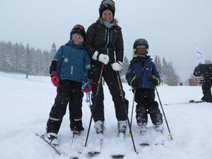 Malin Lundgren med barnen Alma och Gustaf, alla från Uppsala, redo för att ta sig an snömängderna ute i pisterna.