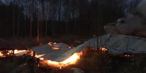 Både villa, uthus och bil totalförstördes i branden på måndagsmorgonen.