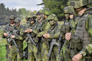 Soldater med kamouflagemålning under försvarsövningen Aurora 17. Foto: Jonas Ekströmer / TT.