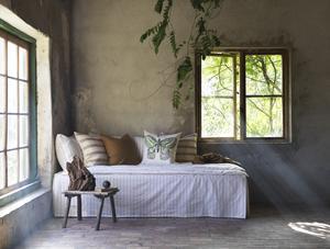Rotfjäril, kuddfodral av bomull och ramie.  Grönt, gult och naturtoner präglar textilierna som hjälper dig att ta in våren hemma. Foto: Ikea.