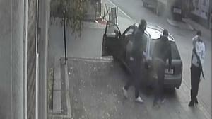 Rånarna fångas på bild utanför sparbanken i Enköping strax innan den misslyckade kuppen mot  värdetransporten äger rum.Foto: Sparbankens övervakningskamera