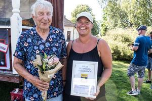 Kjell Leander och Susanne Hag, Fornby byalag, tar emot priset som Årets Siljansnäsambassadörer.