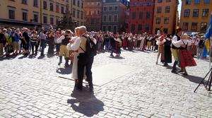 Vandrarna fick en stor publik. De hade gått långt, men orkade ändå dansa på Stortorget i Gamla stan.Foto: Jan-Olof Montelius
