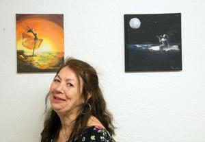 För ett par år sedan började Kristina Heikkilä bearbeta sitt liv. Då målade hon den svit som hon nu ställer ut.