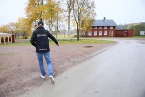 Leif Ekström föreslår att bussarna vänder på grusplanen intill Åsgarns bygdegård istället.