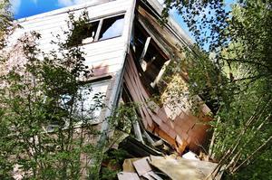 Förfallna hus är inte bara farliga att vistas i, utan sänker också värdet på kringliggande fastigheter.