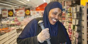 Shukri Mohamed är alldeles nyanställd i Samhall i Nynäshamn och städar bland annat på Dollarstore.