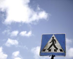 Det är dags att ni lyfter blicken och börjar se er omkring när ni kör bil, innan det händer en olycka.