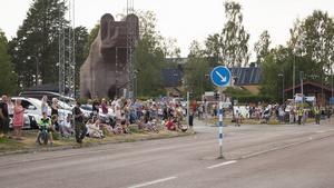 Folket i Sveg har samlats för att hälsa brandmännen från Polen välkomna.