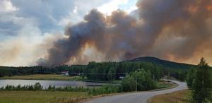 Bilden är från den 16 juli då ett femtiotal personer evakuerades från Enskogen.
