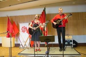 Malin  Berglund och Rolf Hedin sjöng tillsammans på första maj tidigare i år. Nu uppträder de igen när alléerna invigs i Skebobruk.