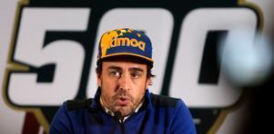 """Fernando Alonso på presskonferensen efter det misslyckade kvalet. Spanjoren såg emellanåt ut att ha nära till tårar och var kritisk mot hur bilen fungerat. """"De här fyra varven på kvalen är egentligen bara fyra varv med gasen i botten. Det finns inga stora saker man kan göra som förare för att påverka resultatet. Så länge man inte lyfter av så har man mer eller mindre bilen som avgör hur det går. Och jag försökte, jag försökte verkligen mitt bäst"""", sa han."""