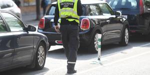 """""""Se till att skapa möjligheter att parkera så man inte blockerar för utryckningsfordon och boende"""". (Bilden är från en annan del av landet.)"""