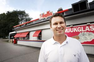 Joakim Carlsson drev tidigare Sibylla i Gävle, Valbo och Vemdalen. Bilden är från 2009 i Gävle när han utsetts till  årets  franchisetagare inom Sibyllakedjan. Bild: Arkiv