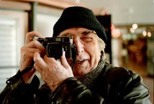 Fotografen filmaren malmöbon Jean Hermanson med kameran i högsta hugg . Foto: Per Lindström