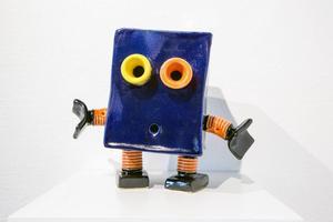 Liten keramikrobot.