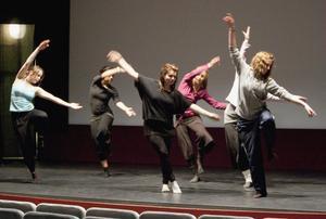 Showbizz från Hudiksvall genrepade på scenen i Delsbo bio.