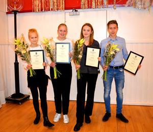 Fotbollsdomarna Kaisa Kokkarinen, Emma Nyberg, Greta Magnusson och Robin Persson tilldelades kommunens pris Ung Grokraft.