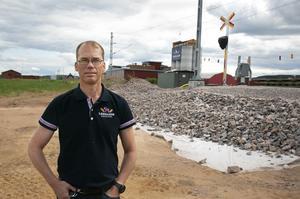 Peter Joon vid den nya järnvägsövergången som Trafikverket driftsätter vecka 38.