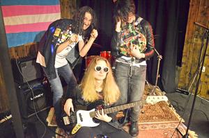 Bandet består av Isak Reinholm, Hugo Jonsson och Wicktoria Molitor.