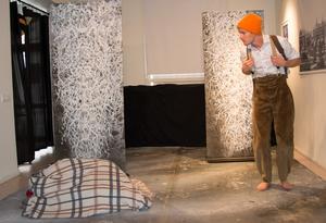 Odd (Jens W Nilsson) får syn på något märkligt under en vinterpromenad.