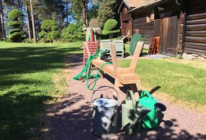 Bänkar, bord och stolar kommer finnas på plats  mellan flygeln och ladan när Hildas kafé öppnar  på lördagens förmiddag.