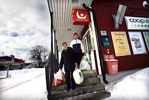 Lisa Brodin har fått skjuts till affären av sin granne Monica Eriksson. Båda har helghandlat och köper också det mesta de behöver i sin butik.Anette Larsson är föreståndare i butiken. Fyra personer ser till att Konsum i Åmot kan hålla öppet veckans alla dagar.