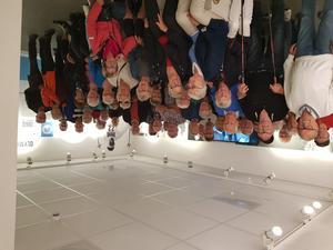 Hela gänget på Sixten Jernbergs museum och i bakgrunden syns Sixten i skidspåret