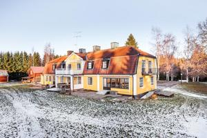Villan på Sörängsvägen 12 liknar en herrgård. Foto: Svensk Fastighetsförmedling Ludvika