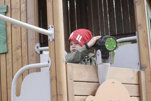 Ivar Lönnberg, fyra år, provar kalejdoskåpkikaren.