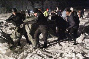 Frivilliga jobbade i strålkastarsken för att få bort snön från det kollapsade fotbollstältet.