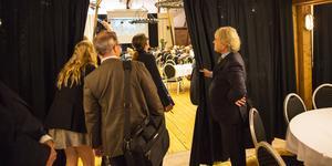 Parterna och tingsrätten tittar in i den stora fest- och konferenslokal som familjen Fimmerstad för tio år byggde om den gamla höskullen till. Just denna dag har Telge nät och Telge återvinning konferens där.