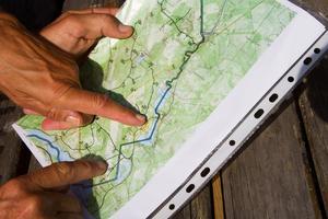 Kurt och Gunilla visar på en karta var branden i Enskogen startade och var deras hus ligger.