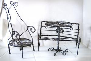 De små leksaksmöblerna av metalltråd fick Ann-Katrin av sin föräldrar när hon var liten. Luffarslöjd brukar den här typen av metallslöjd kallas, förr vandrade luffare runt och sålde föremål som de själva tillverkat med hjälp av några enkla tänger och järntråd.