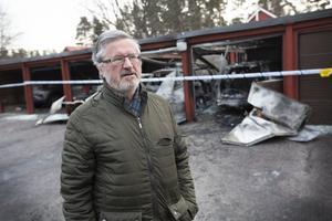 Mario Zarotti blir bedrövad när han ser de totalförstörda bilarna. – De som arbetar kan inte ta sig till jobbet. Det ställer till det mycket för folk, säger han.