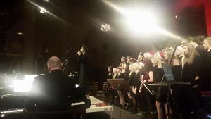 Gustaf Norén visste hur man skulle skapa en andaktsfull julkonsert när han sjöng ihop med sina bröder, Borganäskören och elever från Rytmus musikgumnasium, den 20 december i Stora Tuna kyrka, Borlänge. Foto: Olle Ekman.