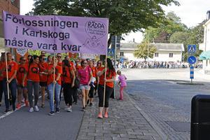 Bilden är ifrån en protestmarsch för förlossningen i Karlskoga som ringlade sig lång genom staden den 22 augusti i år. Foto: Marita Hellberg Danielsson