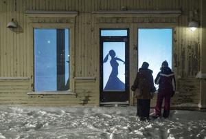 Helena Byströms verk Huset vaknar till liv på Storgatan åtta lockade många nyfikna besökare.