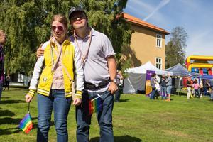 Josefin Jacobsson och Samir Jiber Eriksson minglade i parken innan paraden.