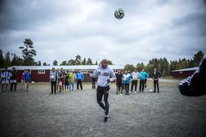 Fouad Bachirou, från ÖFK:s glanstid, tränar med flyktingar i Grytan.