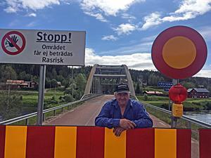 Hit men inte längre. Bengt Halvarsson och många bybor menar att det borde gå att öppna upp den avstängda bron för fotgängare.