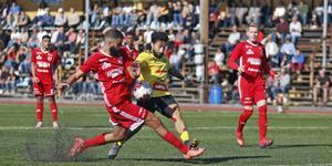 Sala FF:s Ferat Ucmaz och Heby AIF:s Balen Nouri i en närkamp i derbyt i september. Nu är Balen Nouri klar för Sala FF.