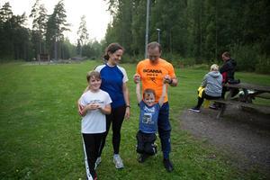 Familjen Påledal, bestående av pappa Erik, mamma Annika och sönerna Albin och Vide.