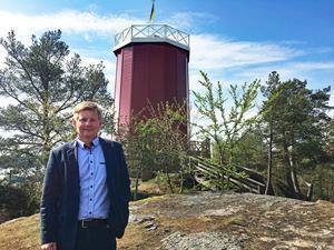Byggentreprenören Claes Johansson vid vattentornet på Trehörningen.