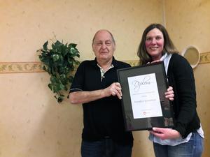 Lars Jalkevik, ordförande för FUB Dalarna överlämnade ett diplom till Vansbros kommunalråd Stina Munters. Foto: Curt Boman