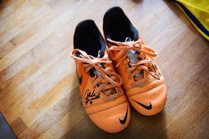 Ludvigs fotbollsskor har fått sig en autograf av både Andreas Granqvist och Emil Forsberg.