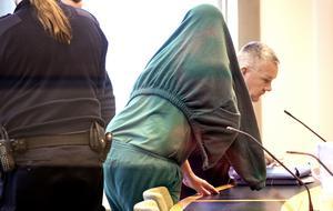 54-åringen reser sig från sin plats för att lämna rättssalen i Västmanlands tingsrätt. På fredag 15 mars får han sin dom.