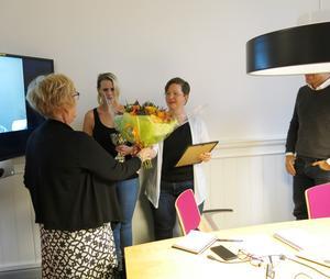 Anita Bjurström, regional ordförande VO-College Gävleborg, delar ut blommor, pokal och diplom till Veronica Lindström och Ulrica Höglund, huvudhandledare på strokeavdelningen. De har vunnit Årets arbetsplats i regionen.