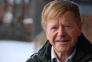 Per-Erik Pekka Persson växte upp nära nära Kukkolaforsen i Torne älv , i en familj med fem syskon, en pappa som var tulltjänsteman och en mamma som var småskollärare.